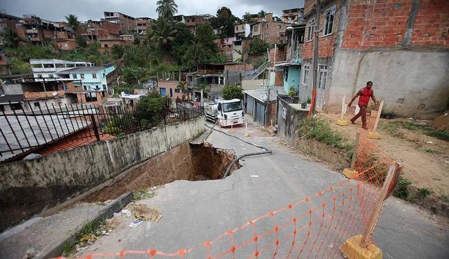 Por medida de segurança, moradores do entorno deixaram suas casas - Foto: Raul Spinassé   Ag. A TARDE