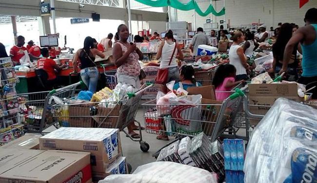 Supermercados atacadistas conferem as compras em grande quantidade - Foto: Joá Souza l Ag. A TARDE l 06.12.2014