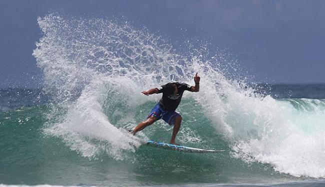 O surfista ilheense Bruno Galini venceu sua bateria na abertura da competição internacional - Foto: Daniel Smorigo l Divulgação