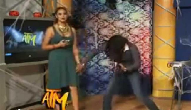 Durante programa, colega toca pernas e seios de Tania Reza - Foto: Reprodução   Youtube