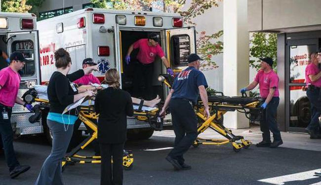 Uma dos feridos sendo levado para a emergência no Mercy Medical Center - Foto: Aaron Yost | Roseburg News-Review via AP