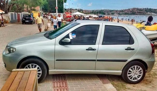 Um dos veículos parou na areia da praia e na calçada, em cima do piso tátil para deficientes visuais - Foto: Transalvador | Divulgação