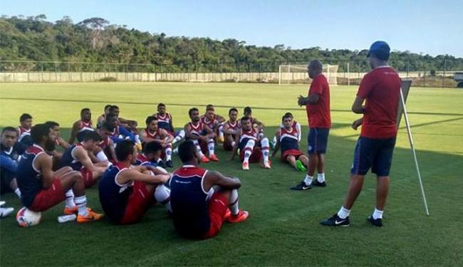 Charles conversou com o jogadores antes do treino no CT da Praia do Forte - Foto: Felipe Oliveira l E.C. Bahia