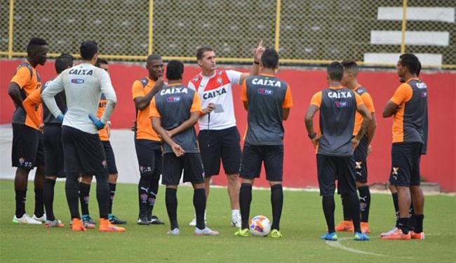 Mancini conversou com jogadores antes do treino no Barradão - Foto: Divulgação l E.C. Vitória