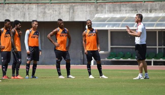 Mancini conversa com jogadores durante treino em Pituaçu - Foto: Divulgação l E.C. Vitória