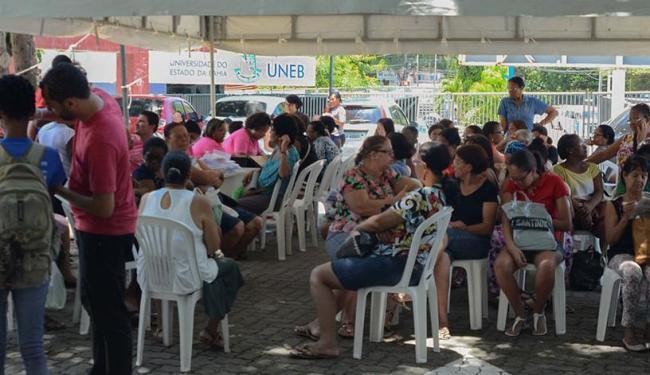 Manifestantes reclamam da suspensão do atendimento em base móvel instalada na Uneb - Foto: Juliana Cardoso - Ascom/UNEB