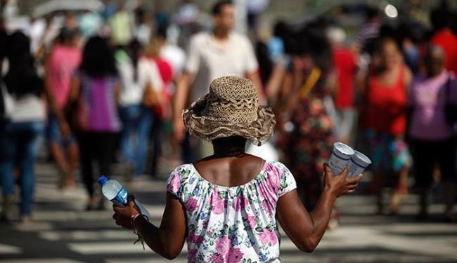 Vendedora de água mineral aproveita para aumentar o lucro em dias quentes - Foto: Raul Spinassé l Ag. A TARDE