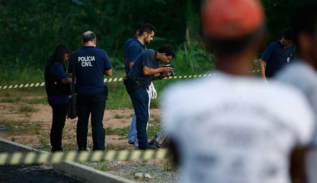 Polícia técnica realiza perícia em corpo de pedreiro assassinado com cinco tiros em Cajazeiras - Foto: Joá Souza | Ag. A TARDE | 10.11.2014
