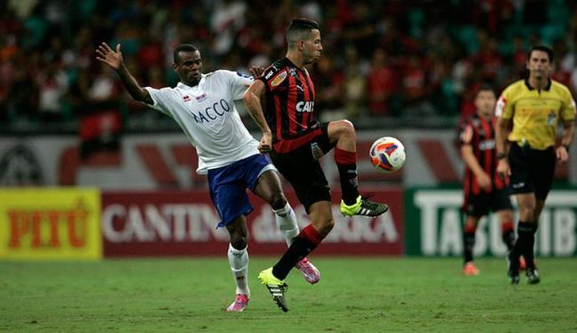 Vitória e Paraná fizeram um jogo pegado, com muitos cartões amarelos e um vermelho - Foto: Lúcio Távora | Ag. A TARDE