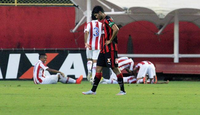 Pedro Ken lamenta enquanto jogadores do Timbu comemoram o gol da virada - Foto: Margarida Neida | Ag. A TARDE