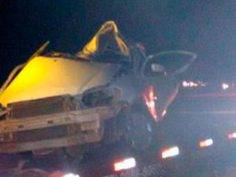 Carro com os criminosos se chocou contra uma carreta - Foto: Reprodução | Blog do Braga