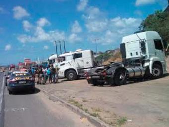 Caminhoneiros conversam com policiais rodoviários - Foto: Cidadão Repórter | Via WhatsApp