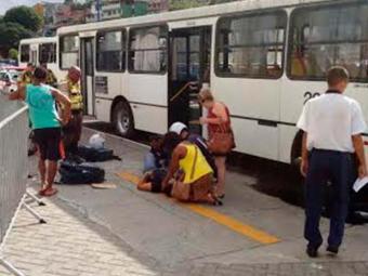 Uma passageira ficou ferida durante o tumulto provocado pela saída dos passageiros do ônibus - Foto: Ag. A TARDE