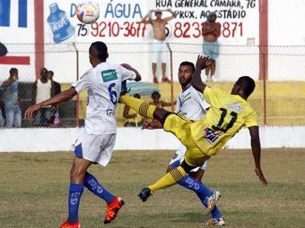 No segundo gol de Santa Amaro, o camisa 11, Rafael Reis, anotou um golaço de meia-bicicleta - Foto: Luiz Tito l Ag. A TARDE