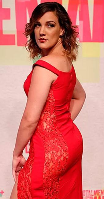 Adriana atraiu olhares com vestido vermelho na festa de lançamento da novela