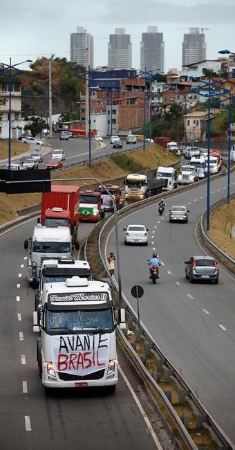 Na Via Expressa, manifestantes deixaram o trânsito lento, mas não causaram congestionamento - Foto: Raul Spinassé l Ag. A TARDE