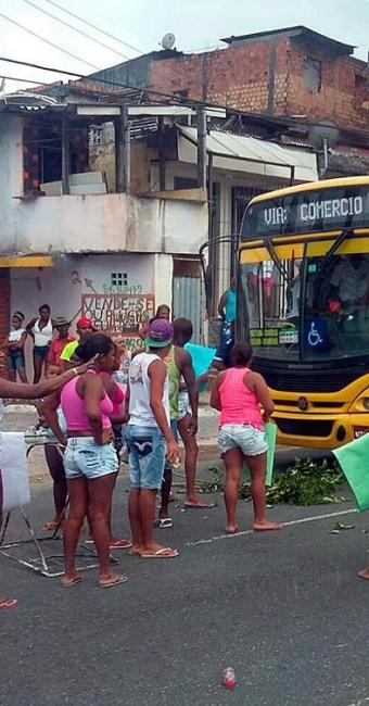 Moradores fecham via na altura da localidade de Boiadeiro, setido centro - Foto: Guto | Trânsito Salvador | Via WhatsApp