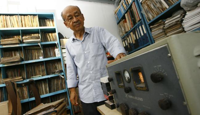 O radialista Perfilino Neto tem mais de 25 mil vinis e 18 mil CDs em seu acervo - Foto: Fernando Vivas | Ag. A TARDE