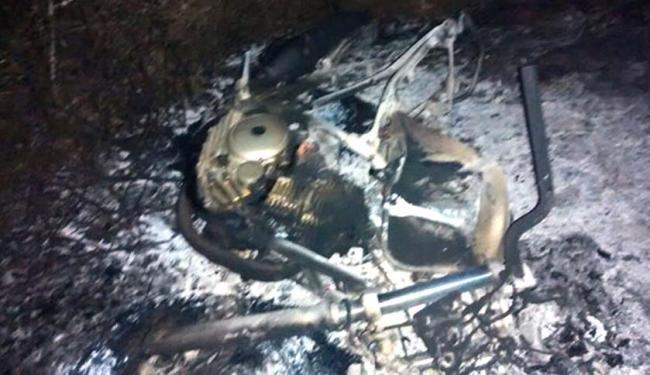 Motocicleta ficou completamente destruída após o acidente - Foto: Reprodução | Cidade em Notícias
