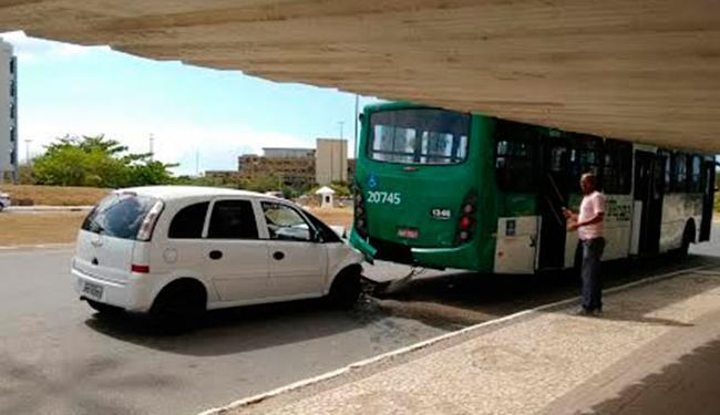 Vítimas estavam no carro de passeio que bateu em um ônibus - Foto: Edilson Lima | Ag. A TARDE