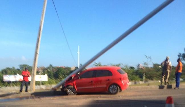 Carro colidiu em poste na entrada do Bairro da Paz - Foto: Lucas Barreto | Trânsito Salvador | Via Whatsapp