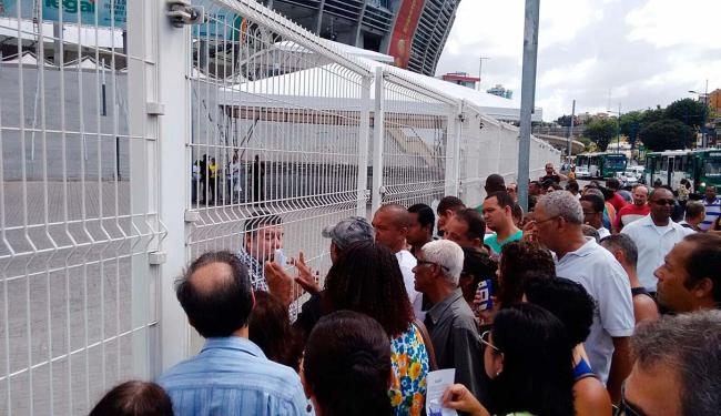 Confusão na fila do Acordo Legal, na Arena Fonte Nova - Foto: Luciano da Matta | Ag. A TARDE | 07.11.2015