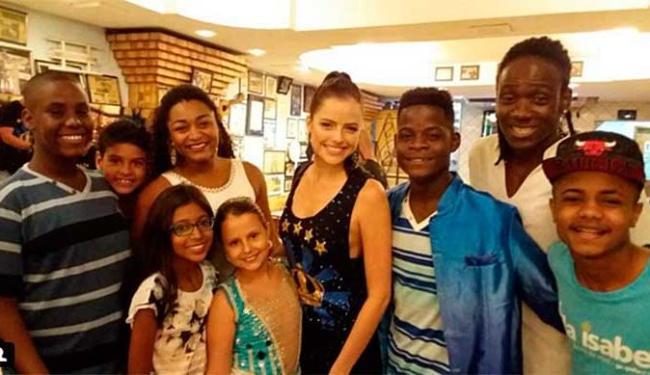 Agatha com participantes da escola de samba - Foto: Reprodução | Instagram