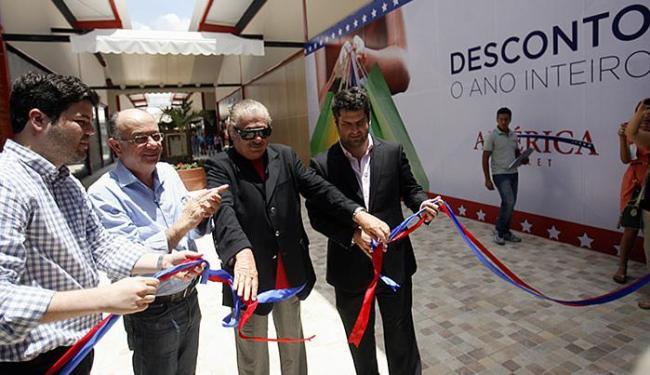 Inauguração reuniu dirigente do shopping e o prefeito José Ronaldo (segundo da esquerda para direita - Foto: Luiz Tito l Ag. A TARDE