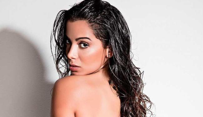No vídeo, Anitta aparece fazendo caras e bocas, além de olhares sedutores - Foto: Divulgação   Daniel Klajmic