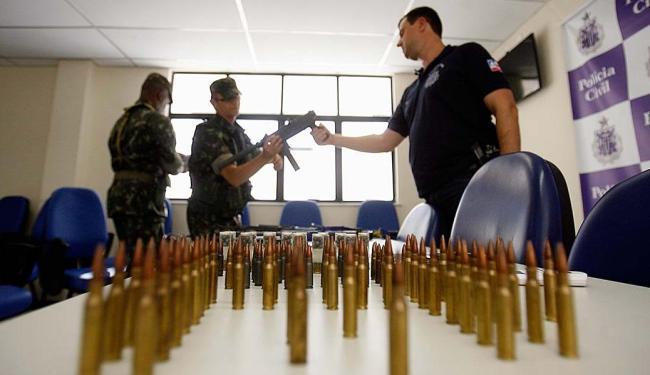 Agentes do Exército avaliam as armas - Foto: Luiz Tito | Ag. A TARDE