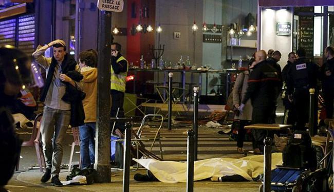 Corpos na calçada em frente a um restaurante de Paris - Foto: Philippe Wojazer l Reuters