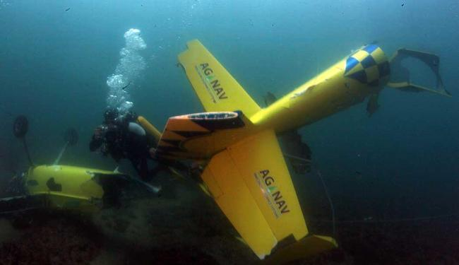 Os destroços da aeronave serão levados para a Base Aérea de Salvador - Foto: Lúcio Távora   Ag. A TARDE