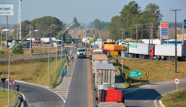 Os motoristas fecham a via desde as 5h - Foto: Reprodução   Blog do Anderson