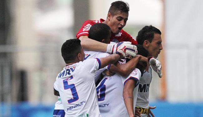 Jogadores do Bahia comemoram gol contra o Atlético-GO - Foto: Lúcio Távora | Ag. A TARDE