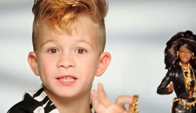 Menino aparece em propaganda brincando com a nova Barbie - Foto: Reprodução | Youtube