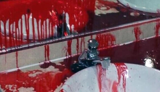 Vestiário teve paredes, sanitário e pia cobertos de tinta vermelha - Foto: Reprodução