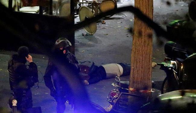 Policiais cercam e invadiram a casa de shows Bataclan, um dos locais dos ataques desta sexta - Foto: Ag. Reuters