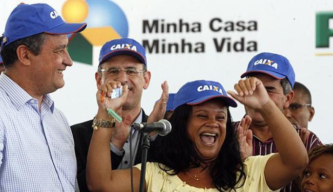 Benilda Nascimento, de 34 anos, vibrou ao receber as chaves da nova moradia - Foto: Luiz Tito l Ag. A TARDE
