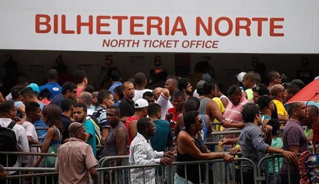 Torcida do Bahia fez durante a semana grandes filas na Fonte Nova: mais de 17 mil já foram vendidos - Foto: Raul Spinassé l Ag. A TARDE