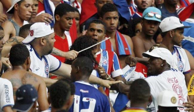 Policiais tiveram que intervir para controlar os ânimos - Foto: Lúcio Távora   Ag. A TARDE