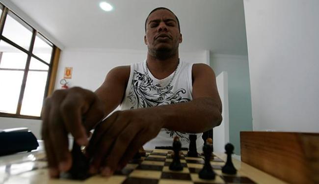Campeão Jeferson Lisboa toca as peças para identificar seu tipo e posição antes de movimentá-las - Foto: Marco Aurélio Martins l Ag. A TARDE