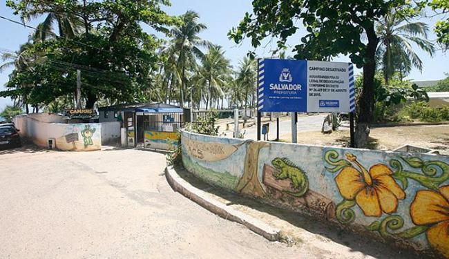 Placa instalada pela prefeitura informa sobre o encerramento de atividades - Foto: Fernando Amorim l Ag. A TARDE