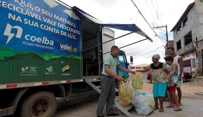 Os caminhões ficarão estacionados e pesarão os materiais levados pelos moradores - Foto: Eduardo Martins   Ag. A TARDE