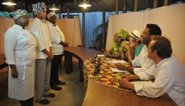 Aprendizes da tradição em dia de preparo e apresentação de pratos para chefs - Foto: Marco Aurélio Martins | Ag. A TARDE