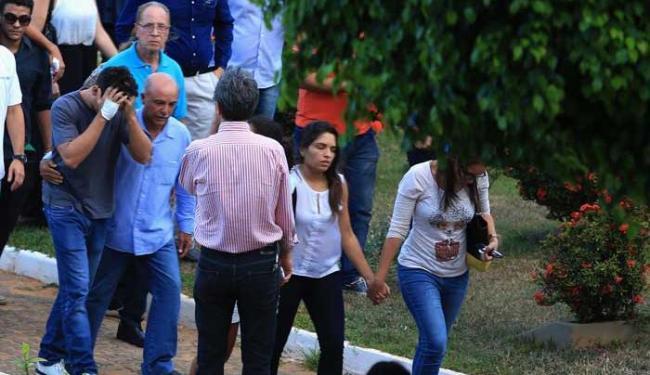 Pai (com a mão no rosto) e mãe (de camisa branca) presenciam enterro do filho - Foto: Joá Souza | Ag. A TARDE