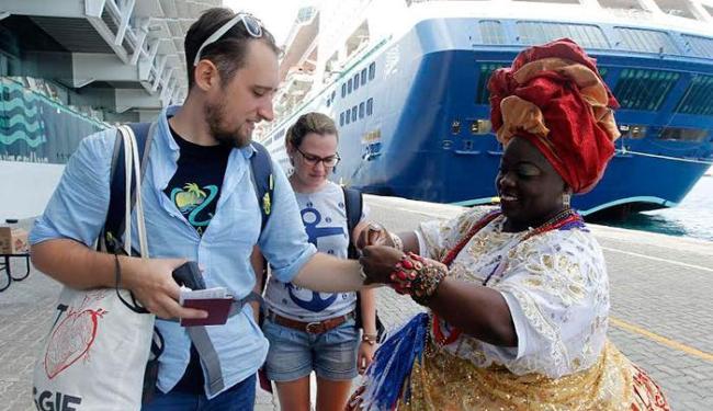 Nesta quinta-feira, 5, uma baiana amarrou fitinhas do Bonfim em visitantes - Foto: Camila Souza | GOVBa