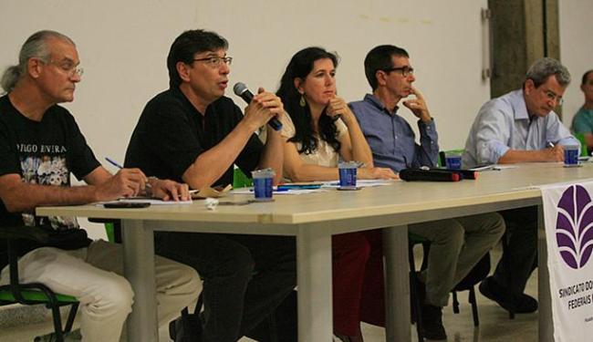 Márcio Pochmann (com o microfone) durante evento na Faculdade de Arquitetura - Foto: Margarida Neide l Ag. A TARDE
