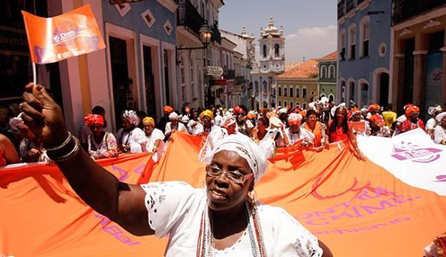 Baianas aderiram ao laranja, cor que simboliza a luta contra violência à mulher - Foto: Raul Spinassé l Ag. A TARDE