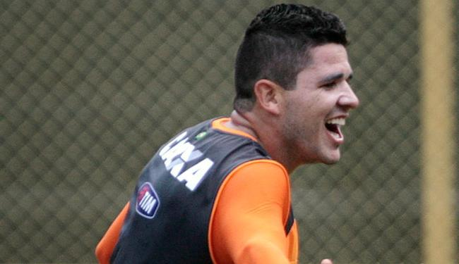 Árbitro havia expulsado o lateral após considerar que jogador simulou pênalti - Foto: Raul Spinassé | Ag. A TARDE