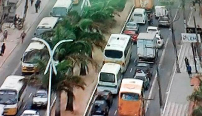 Congestionamento afeta os dois sentidos da avenida Dorival Caymmi - Foto: Reprodução   TV Record